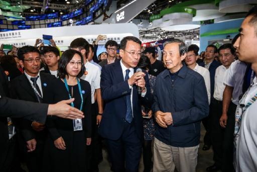 国务院副总理马凯参观通信展爱立信展台:5G发展要竞争更要合作