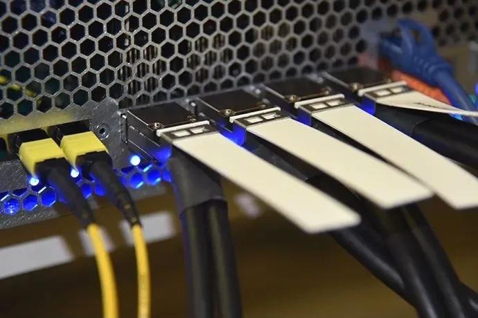 英特尔展示业界首个基于硅光引擎的集成光学以太网交换机