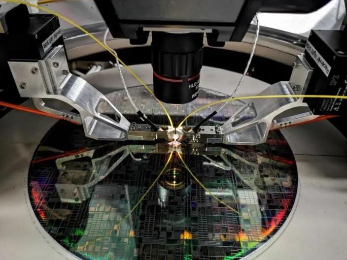 国家信息光电子创新中心携手苏州伊欧陆联合发布硅光晶圆测试解决方案